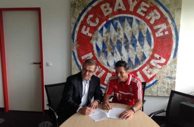 Claudio Pizarro renova com o Bayern de Munique