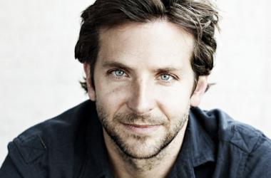 Bradley Cooper, mostrando su encanto natural a la cámara. Foto: mundocine.com.