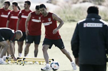 David Villa pasa un balón en un circuito. | Foto (sin edición): Ángel Gutiérrez - Atlético de Madrid.