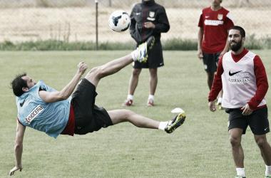Godín haciendo una chilena en un entrenamiento. (Fotos: Ángel Gutiérrez - Atlético de Madrid.)