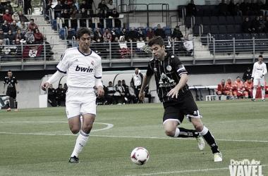 Javi H. conduce un balón en un partido con el Salamanca. | Foto: Dani Mullor - VAVEL.