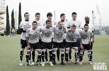 Los jugadores de la UDS posaron con una camiseta pidiendo el cobro. | Foto: Dani Mullor - VAVEL.