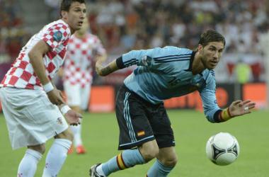 Sergio Ramos persigue la pelota ante la mirada de Mandzukic