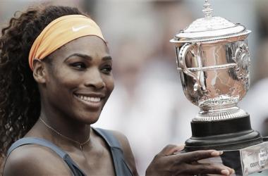 Serena Williams soulève la coupe Suzanne-Lenglen. (Photo : Christophe Ena)