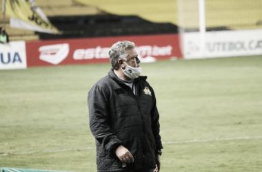 """Após queda nos pênaltis, Roberto Cavalo elogia atuação do Criciúma: """"Grupo foi valente"""""""