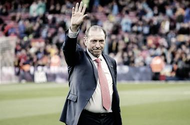Quini saluda tras ser reconocido por la afición rival. || Imagen: La Liga
