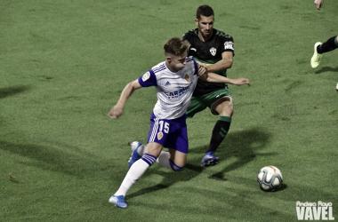Álex Blanco en la disputa de un balón frente al Elche / Fto: Andrea Royo VAVEL