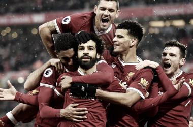 Salah, tras marcar un gol la pasada temporada, es abrazado por sus compañeros. | Imagen: www.liverpoolfc.com