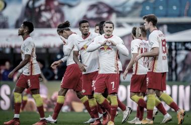 RB Leipzig vence Hertha Berlin e segue líder da Bundesliga