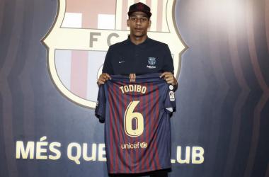 Jean-Clair Todibo posando con la camiseta del Fútbol Club Barcelona | Fútbol Club Barcelona en Twitter (@FCBarcelona_es)
