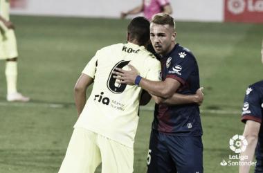 Koke, del Atleti, y Javier Ontiveros, del Huesca, se funden en un abrazo. Foto: LaLiga.
