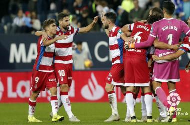 Los futbolistas del Granada celebran la victoria por 0-1, con gol de Montoro, en el césped de la Rosaleda en la temporada del ascenso a Primera División. FOTO: La Liga