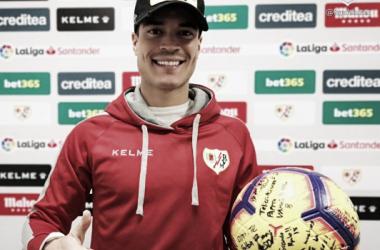Raúl de Tomás con el balón del encuentro ante el Celta   Fotografía: Rayo Vallecano S.A.D.