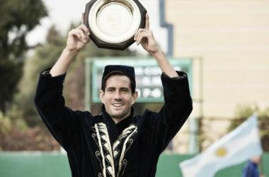 Garcia-Lopez holds his Tashkent trophy aloft (ATP Challenger Tour)