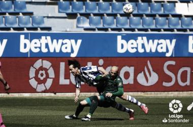 Tomás Pina pugna un balón con Sandro Ramírez. Foto: LaLiga.