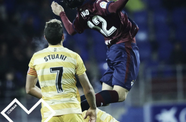 Paulo Oliveria en un duelo con Stuani // Foto SD Eibar