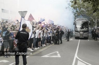 La hinchada zargocista recube al autobús del equipo | FOTO: Real Zargoza