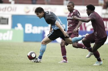 Zagueiro Kannemann reclama de pênalti marcado contra Grêmio em Caxias