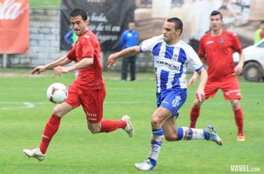 Postigo pelea un balón con Geni en un partido con el Getafe B |Imagen: Víctor Paniagua - VAVEL