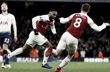 Ramsey celebra junto a Lacazette uno de los goles del Arsenal | Fotografía: Premier League