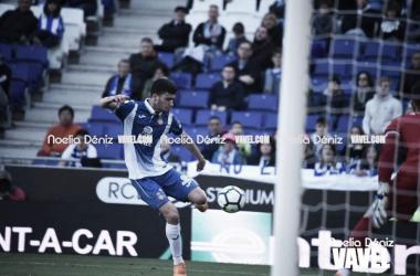 Aarón dispara ante Pacheco. Foto: Noelia Déniz.