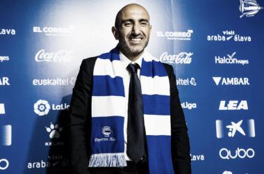 Abelardo, cuando firmó por el Alavés. / Foto: Deportivo Alavés