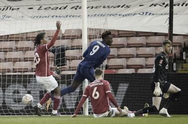 Sem brilhar, Chelsea conta com gol de Abraham para eliminar Barnsley da FA Cup