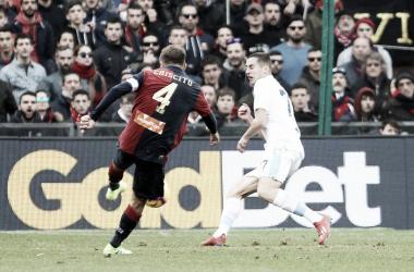 Momento do chute do lateral-esquerdo, que resultou em belo gol da vitória genovesa (Foto: Divulgação/Genoa CFC)