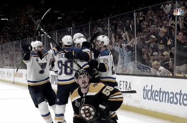 Acciari protesta mientras los Blues celebran el gol de la polémica. | Foto: NHL on NBC
