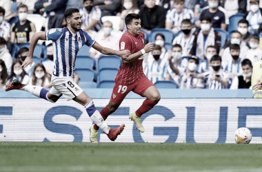Acuña superando a Mikel Merino / @SevillaFC (Twitter)