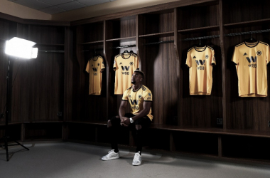 Adama Traoré con su nueva camiseta | Adama Traoré en el Molineux | Twitter Wolverhampton Wanderers