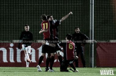 Los jugadores del Adarve celebran el gol de Leo en Valdebebas la campaña pasada. (Foto: Daniel Nieto).
