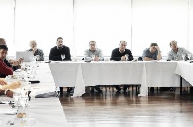 La comisión reunida este lunes. Foto: AdC
