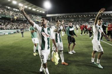 Varios jugadores blanquiverdes despiden la temporada junto a su afición (FOTO: LaLiga)