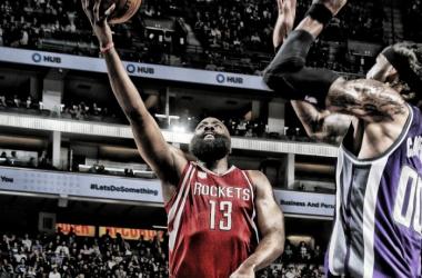 Com 35 pontos, 15 assistências e 11 rebotes, Harden chegou a 21 triple-double na temporada (Foto: Divulgação/NBA)