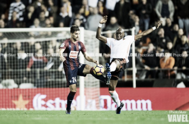Adrián González pugna con Mangala por el balón (Foto: PhotoSilver / VAVEL)