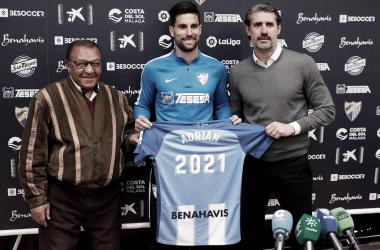 Adrián posando con la camiseta y el año que firma. | Foto: Málaga CF