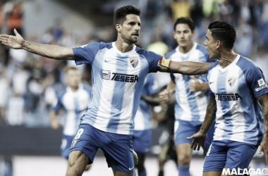 Adrián González celebra el primer tanto del Málaga, conseguido de penalti.   Imagen: Málaga CF.
