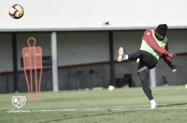 Advíncula golpeando el balón. Fotografía: Rayo Vallecano S.A.D