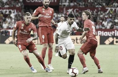 Banega rodeado por tres futbolistas del Real Madrid | Foto: Sevilla FC