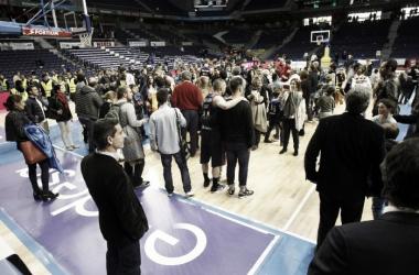 La afición baja a celebrar con el equipo en el Estudiantes-Unicaja (Fuente: ACB / E. Candel)