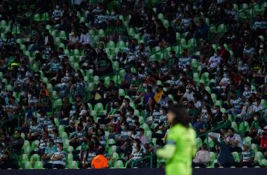 En el duelo contra Necaxa de la fecha 10 se le permitió el acceso a 12 mil 450 aficionados, equivalente al 40% del aforo. Posteriormente, la cifra del cupo aumentó (Foto: Mexsport).