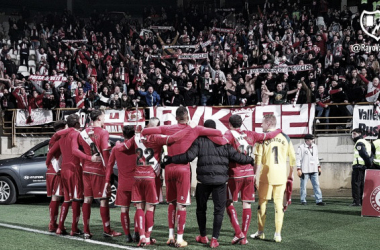 Jugadores con la afición. Fotografía: Rayo Vallecano S.A.D