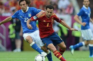 Pirlo y Xavi serán clave esta noche. AFP