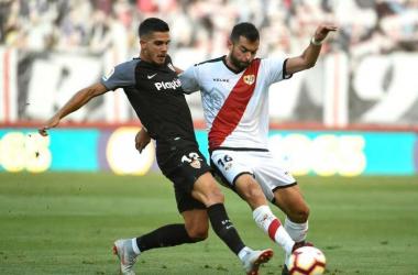 Jordi Amat disputa un balón frente a un jugador del Sevilla | Fotografía: LaLiga