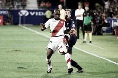 Kakuta intenta controlar un balón frente a un jugador del Huesca | Fotografía: LaLIga