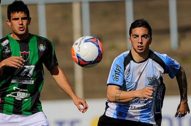 Joaquín Aguirre (ETS) y Matías Abisab (CRR) disputan un balón. Imágen: Tenfield SA.