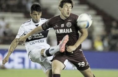 Aguirre disputa la pelota con Meza. (Foto: Afa)