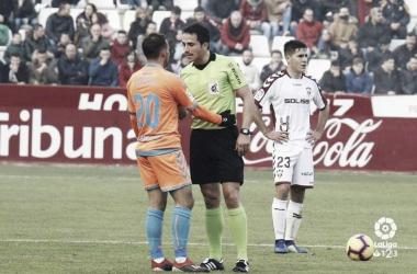 Aitor hablando con el arbitro. Fotografía: La Liga