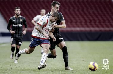 Aitor García luchando el balón. Fotografía: La Liga